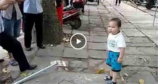 男孩钢管对抗城管