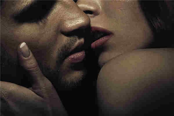 情侣热吻无视抢劫